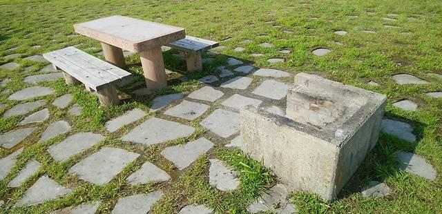 阿賀野川津島屋緑地のかま場とテーブルが並んでいる