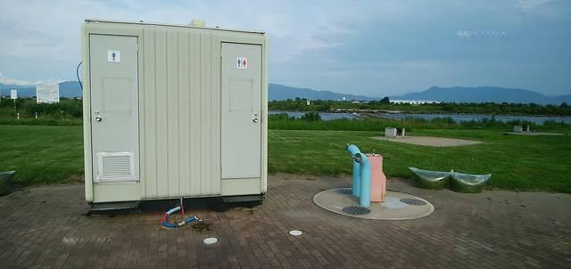 阿賀野川床固め公園のバーベキュー場の近くにあるトイレ