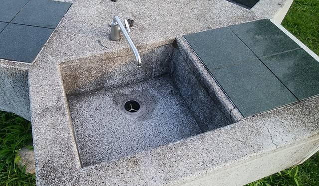 阿賀野川床固め公園の流し台のアップ