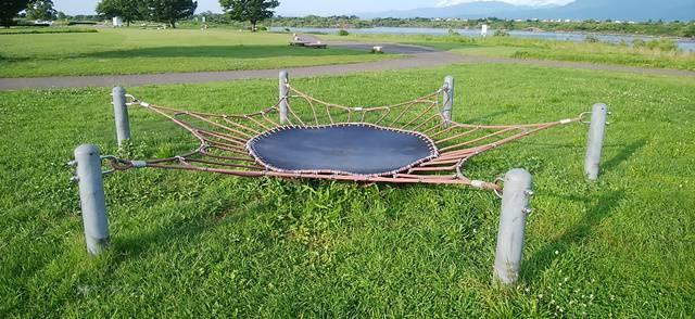 阿賀野川床固め公園のトランポリン