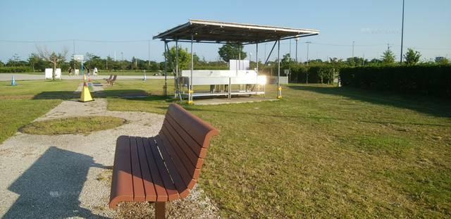 スポーツ公園のバーベキュー場横のベンチ