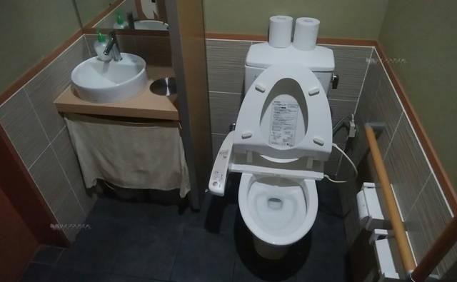 かつ平のトイレ。様式便器で、トイレットペーパーホルダーは2連。予備のペーパーも2つ置かれており、かなり配慮が感じられる。全体的に掃除が行き届いており清潔感がある