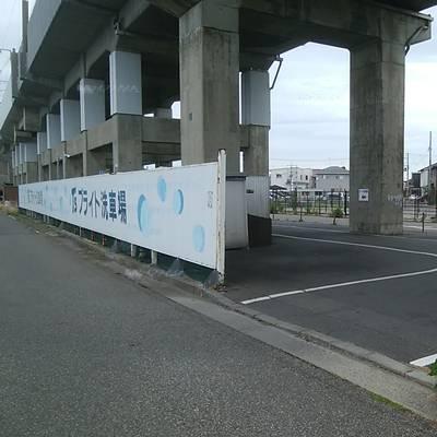 T'sブライトの入口。新幹線のガード下のスペースに白線で区切られた洗車スペースが5個くらいある