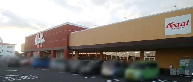 原信五十嵐東店の正面外観を斜めから。左の方に原信の看板、右の方にAxialの文字