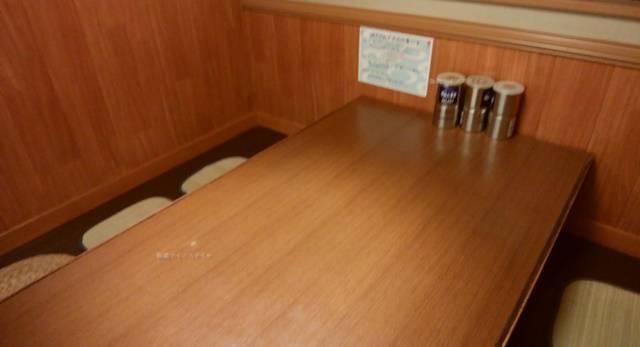 きんしゃい亭&麺やたぶきん赤道店のテーブル席