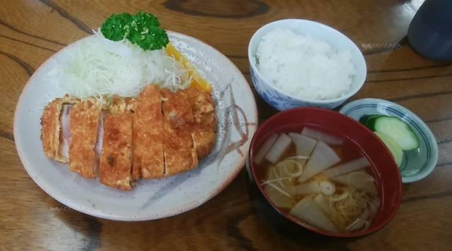 とんき信濃町店のとんかつ定食。とんかつとご飯と味噌汁とキャベツがテーブルに置かれている