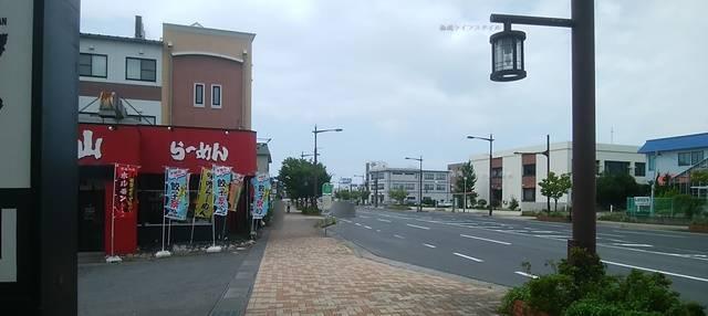火山弁天橋通店の入り口付近と前の道路