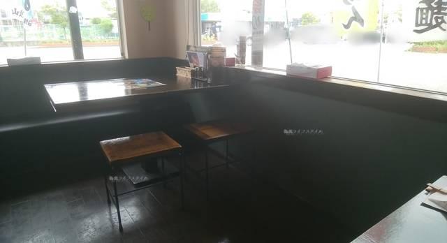 火山弁天橋通店のテーブル席の様子