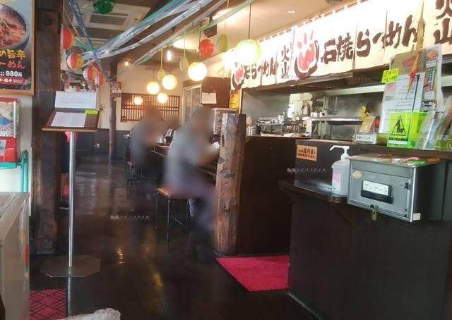 火山弁天橋通店のカウンターや厨房の方の様子