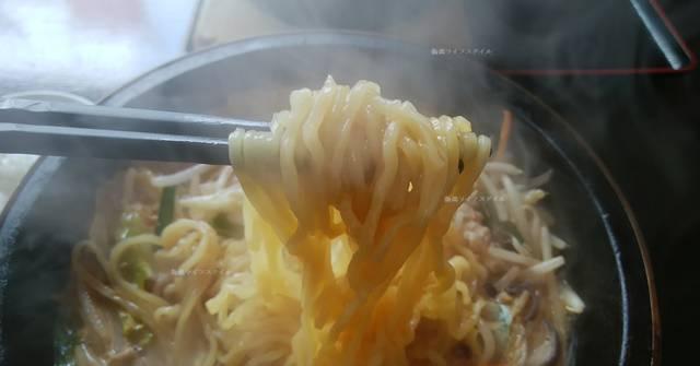 石焼ラーメン火山の麺を箸で持ち上げた図