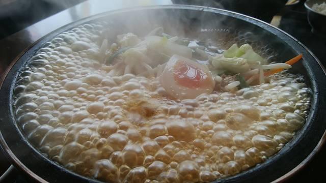 グツグツに沸騰してる火山弁天橋通店の石焼ラーメン醤油