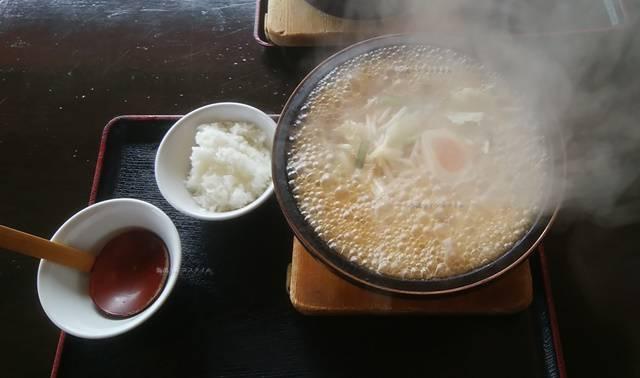 火山の沸騰する石焼ラーメンとご飯とうつわとレンゲ