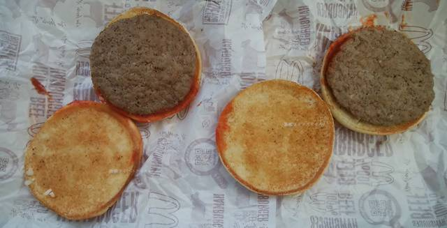 マクドナルドでオニオン・ピクルス増量したハンバーガーと、してないハンバーグの底のパンをはぐった様子