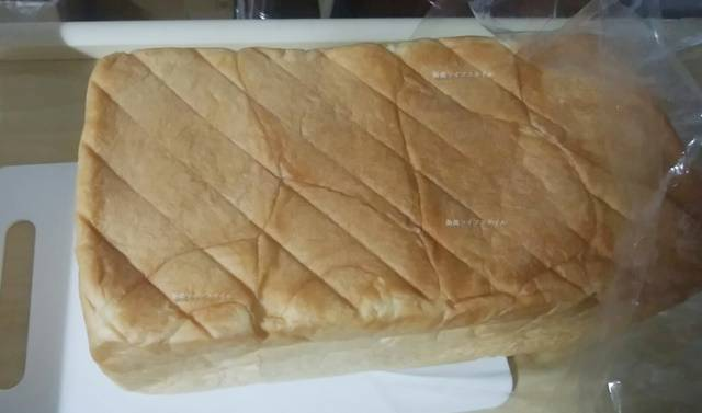 乃が美の食パンを袋から出してみる