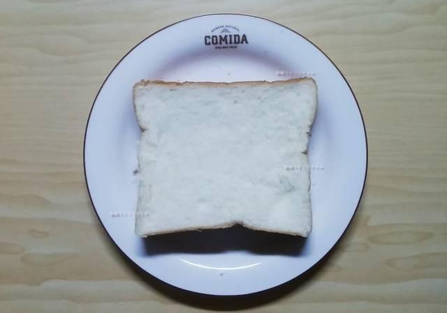 乃が美の食パンを1枚お皿にまっすぐ置いた状態