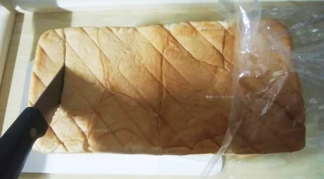 乃が美食パンに包丁を入れたところ