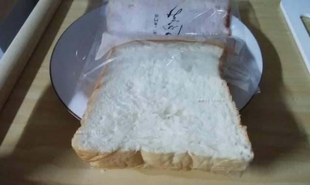 乃が美のジッパーバッグに食パンの頭だけ入った状態