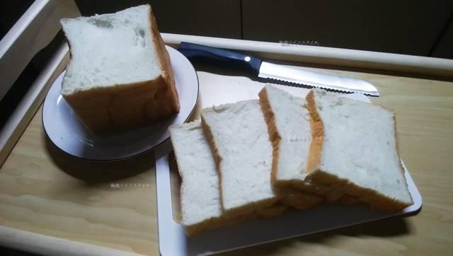 乃が美の食パンのスライスカットしたものと残りの塊