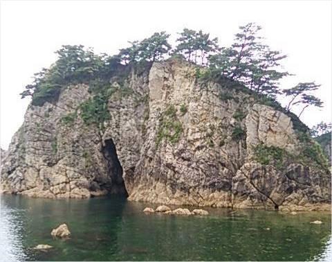 眼鏡岩の瀬波温泉方向からの見た目