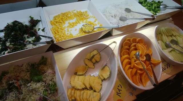 キラキラレストランのサラダ野菜と果物が一緒に置かれているところ
