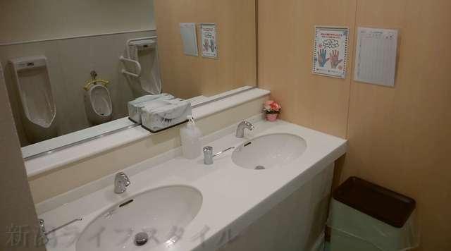 キラキラレストランの男子トイレの手洗い場