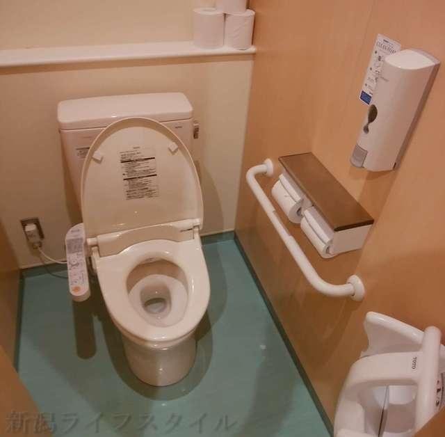 キラキラレストランの男子の大用トイレ