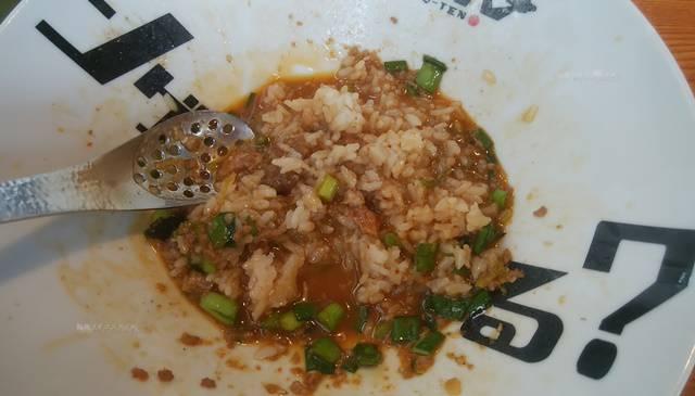 麺者風店小針店の辛肉まぜそばに追い飯を入れてよくかき混ぜたところ