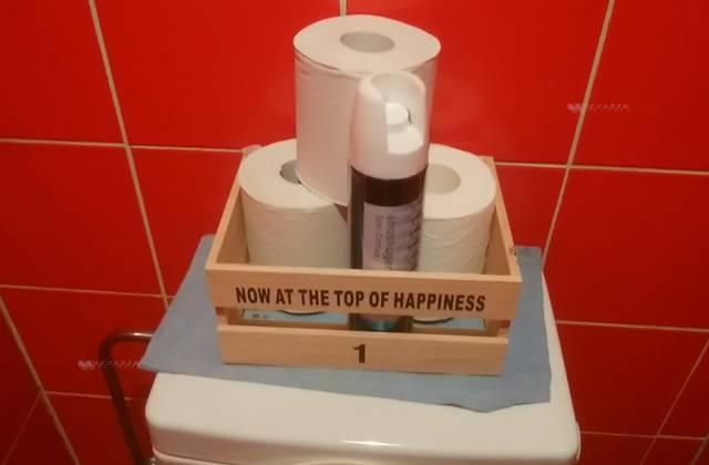 麺者風店小針店のトイレのタンクの上にトイレットペーパーのストックが3つ置かれていた