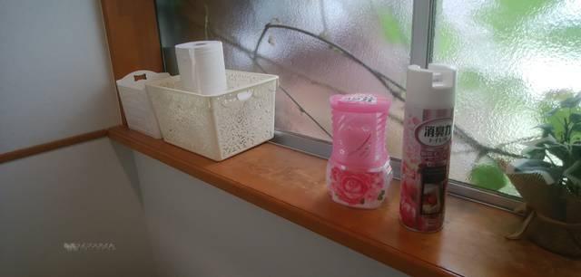 麺屋あんじのトイレの出窓部分に置かれた芳香剤と消臭スプレー