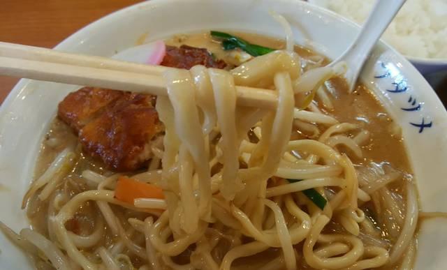フタツメの排骨タンメンの太麺を箸で持ち上げた図