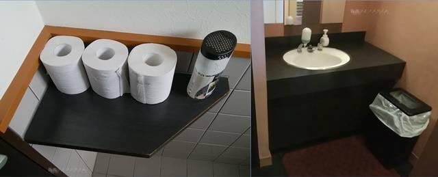 フタツメ白根大通店のトイレ内にスタンバイされたトイレットペーパーと、黒を基調としたキレイな手洗い場の様子