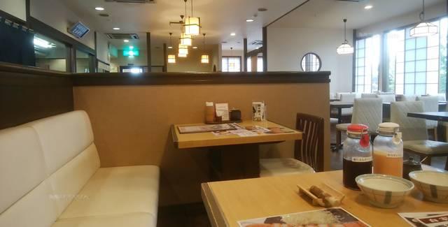 かつ一内野店のソファ式のテーブル席
