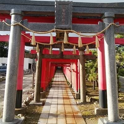 青山御幣稲荷神社の鳥居正面近影