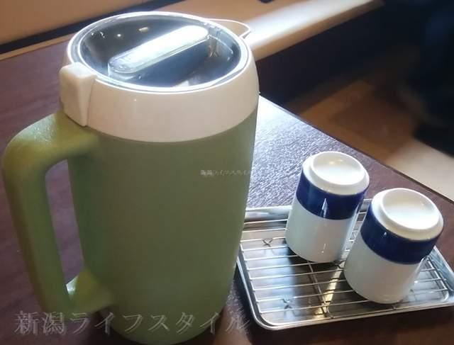 お肴やのテーブルに置かれているお茶ポット