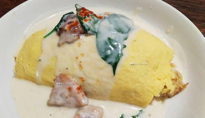 ベビーフェイスプラネッツ赤道店の炭焼きチキンとほうれん草のクリームオムライス