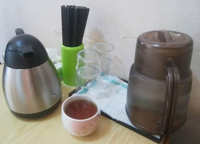 安家の卓上にあるお冷とお茶と箸