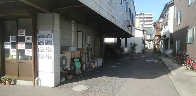 安家の裏の駐車場スペース