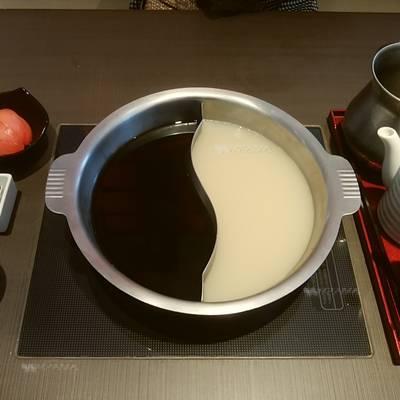 ゆず庵のダシ2種入った鍋のアップ