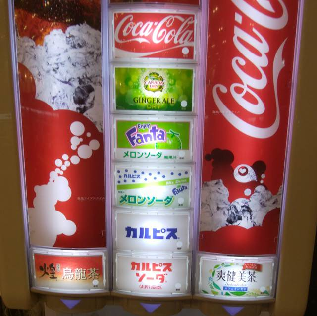 かっぱ寿司逢谷内店のドリンクバーマシン。コーラ、カルピス、ウーロン茶煌、メロンソーダ、爽健美茶など品ぞろえが書いてある