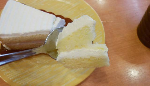 かっぱ寿司逢谷内店のクリームケーキを一口切り取った