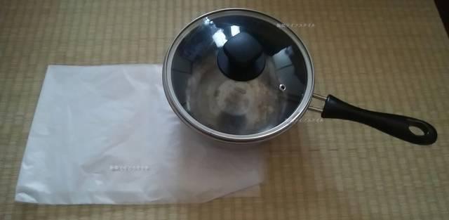 空っぽの鍋とビニール袋