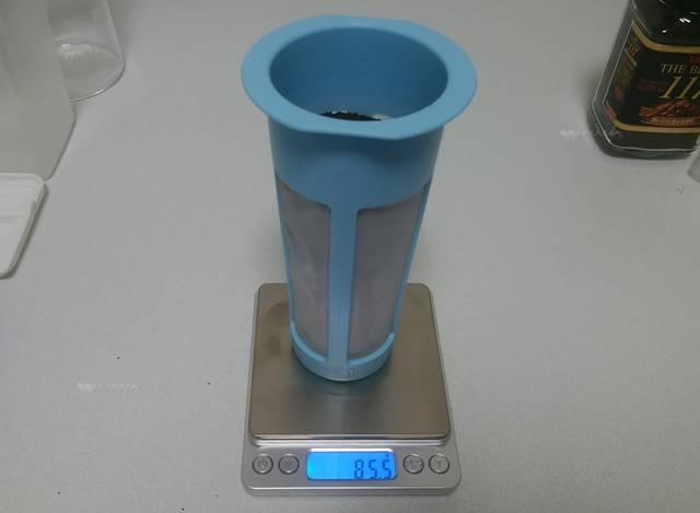 カルディの水出し用ボトルのフィルターにコーヒーを満タン入れて計ったら85g