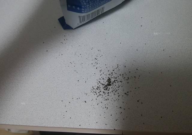 机にこぼれたコーヒーの粉