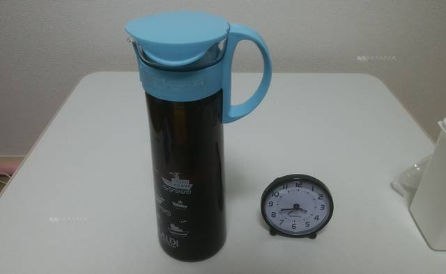 カルディの水出し用ボトルのフィルターにコーヒーと水を入れ終わったところ