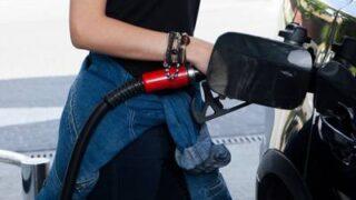 ガソリンスタンドで給油する夏服の外国人女性