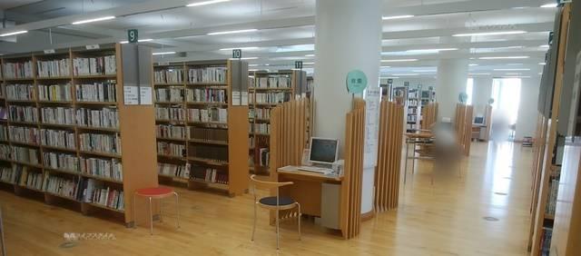ほんぽーとの書架の中にポツンとある検索機