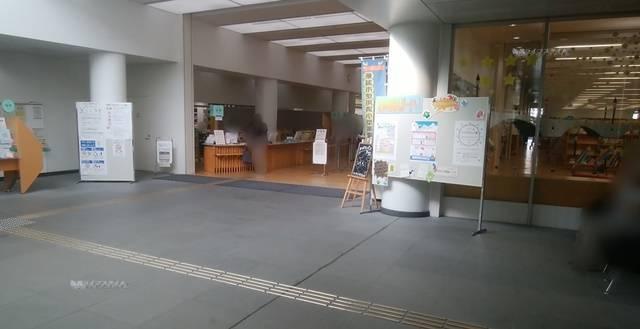 ほんぽーとの入口ホールからカウンター方向を見た様子。