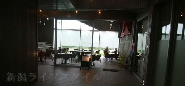 亀田図書館の建物内のココモKaffeの外観その2
