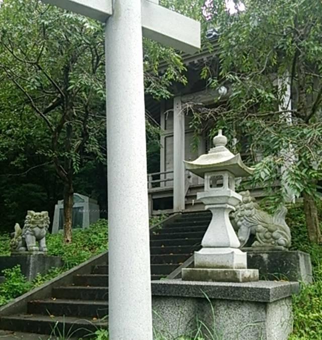 伊夜日子神社を石段の下から斜めに見る