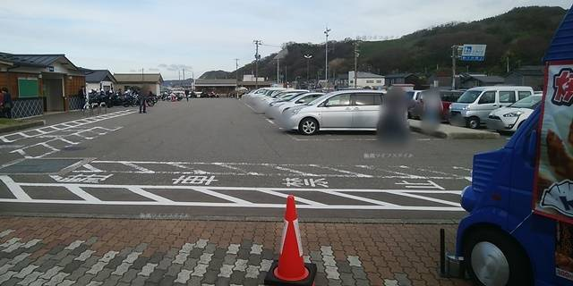 越後出雲崎天領の里の物産館の前から第1駐車場の方を見る